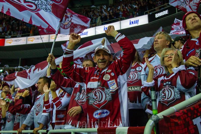 Dinamo Rīga līdzjutēji fanu sektorā priecājas par pirmajiem gūtajiem vārtiem spēlē
