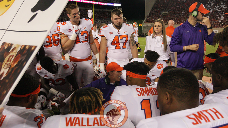 Clemson defensive coordinator Brent Venables speaks with his players on the bench between the first and second quarters. (Mark Umansky/TheKeyPlay.com)