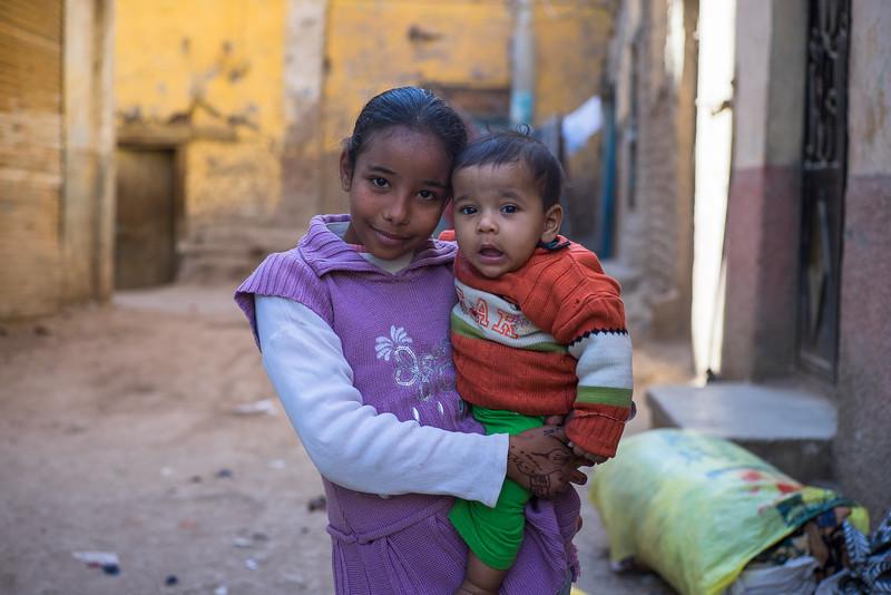 Pareja de niños egipcios en Edfu. Egipto