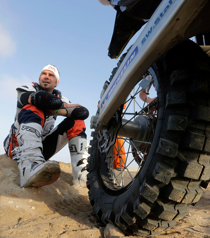 . France\'s Cyril Despres waits for the start of the 3rd stage of the Dakar Rally 2013 from Pisco to Nazca January 7, 2013.  REUTERS/Jacky Naegelen