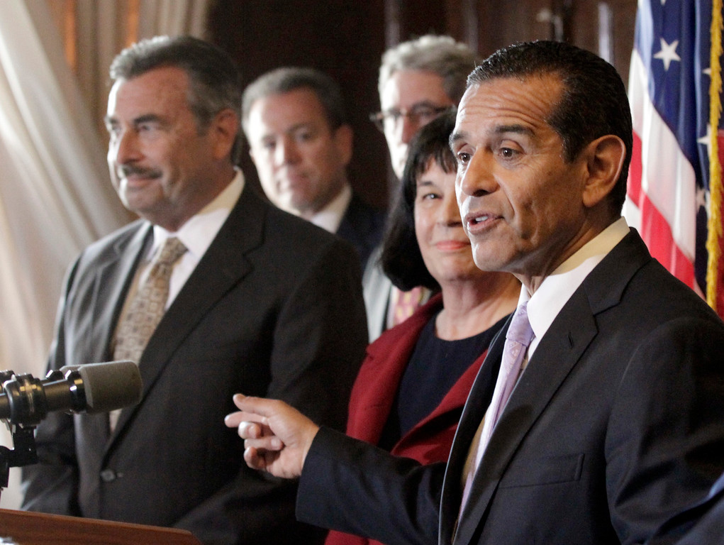 . Los Angeles Mayor Antonio Villaraigosa, right, points to Police Chief Charlie Beck, president of the LAPD Board of Commissioners Andrea Ordín between them as they discuss the dismissal of the 2001 LAPD consent decree, ending federal oversight of the department prompted by the Rampart corruption scandal, at police headquarters on Thursday, May 16, 2013, in Los Angeles. (AP Photo/Reed Saxon)