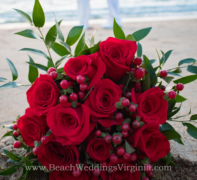 bouq_red-roses-berries.jpg