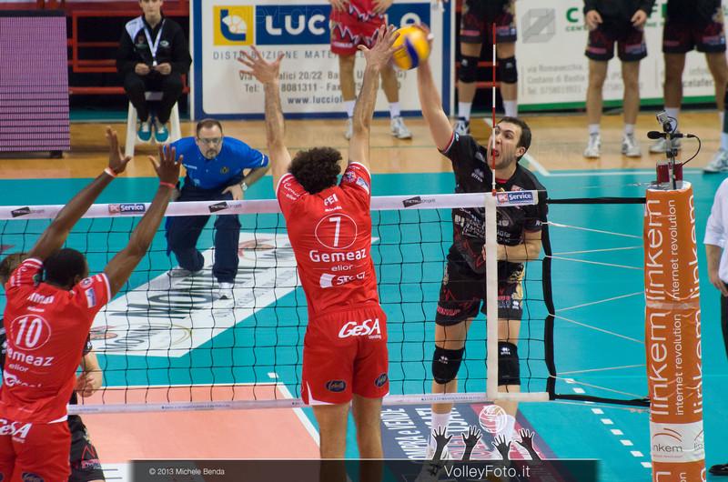 Petric Nemanja (Perugia) attacca contro FEI Alessandro (Piacenza) a muro