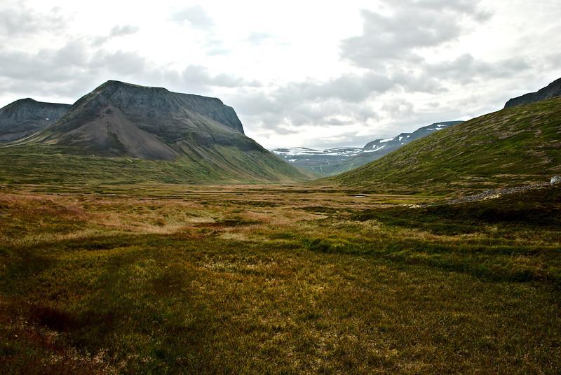 Horft inní Staðardal. Seljafjall á vinstri hönd og þar glittir í Litladal.