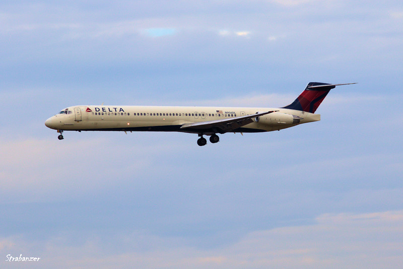 MD-88 N956DL  s/n 49887 Flight DL1672 from Buffalo Niagra Intnl On approach to runway 26R Hartsfield, Atlanta,    12/19/2017 This work is licensed under a Creative Commons Attribution- NonCommercial 4.0 International License