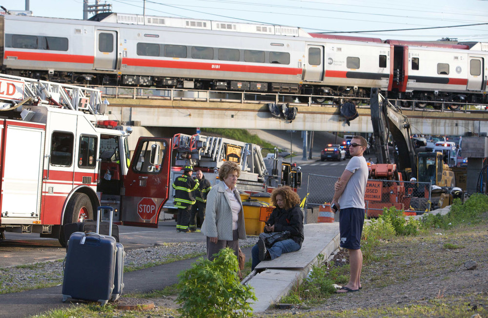 . Passengers wait to be picked-up after two commuter trains collided in Bridgeport, Connecticut causing one to derail injuring numerous passengers, May 17, 2013. Some 20 to 25 people were injured on Friday in a train accident near Fairfield, Connecticut, a Fairfield Police spokesman said on Friday.   REUTERS/ Michelle McLoughlin