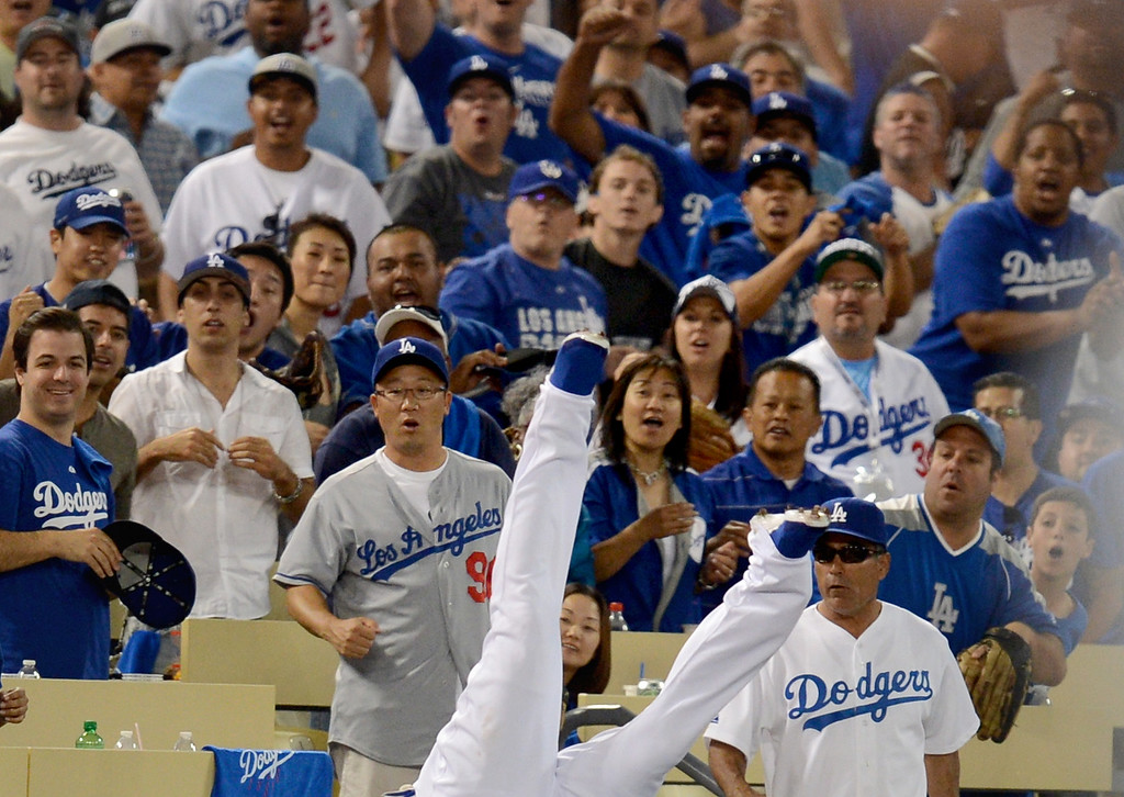 . Los Angeles Dodgers\' Carl Crawford catches a foul ball in the eighth as they play the Atlanta Braves during game 3 of the NLDS at Dodger Stadium Sunday, October 6, 2013. (Photo by Hans Gutknecht/Los Angeles Daily News)