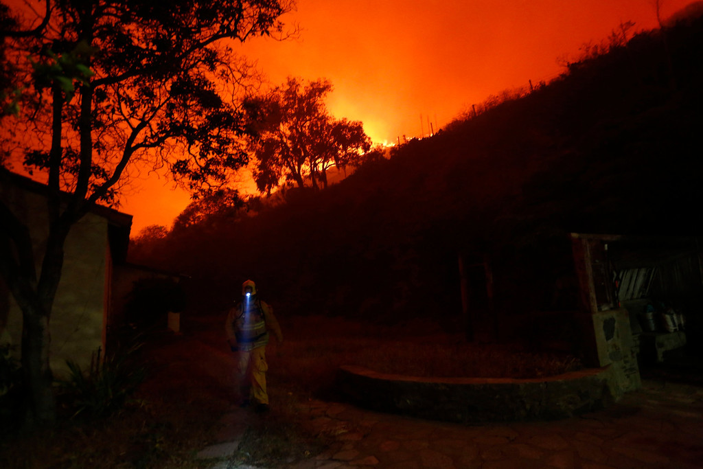 . A firefighter walks the grounds as he protects the Sycamore Nature Center from the Springs Fire near Pacific Coast Highway and the Los Angeles County Line at Malibu, California, May 2, 2013.  REUTERS/Patrick T. Fallon