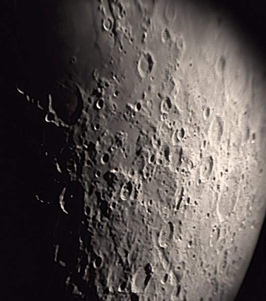 Oblast jihovýchodně od Moře nektaru. Kráter uprostřed na spodním okraji by měl být Metius, šikmo doprava nahoru od něj Rheita, po spojnici dál Stevinus.