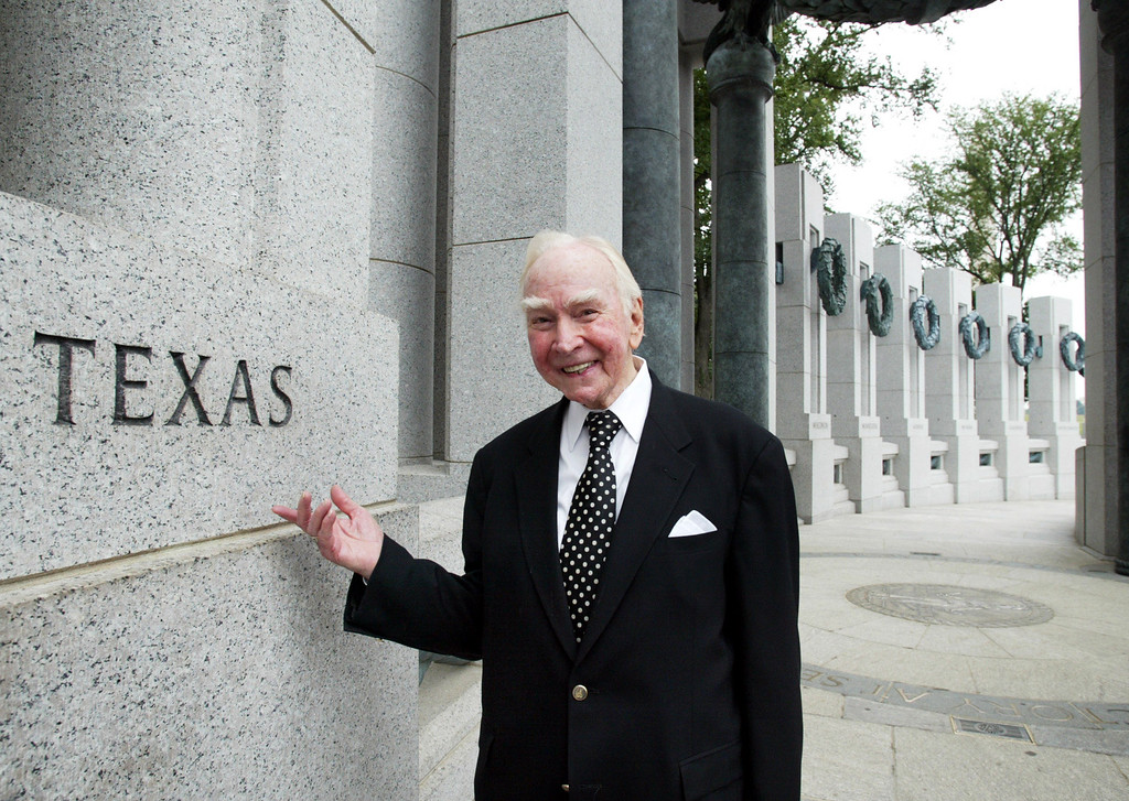. In this July 29, 2005, file photo, former House Speaker Jim Wright of Texas stands next to the Texas pillar while touring the World War II Memorial in Washington. Wright, a veteran Texas congressman who was the first House speaker in history to driven out of office in midterm, has died. He was 92.  (AP Photo/Yuri Gripas, File)