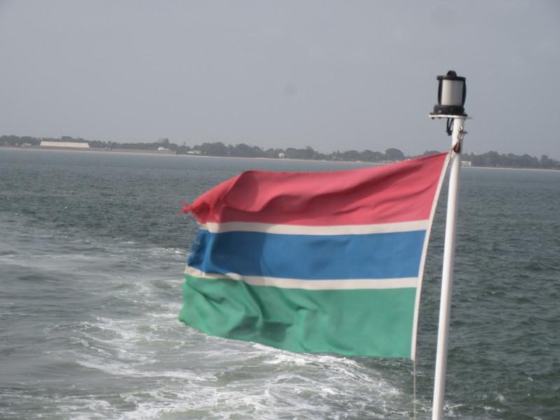 004_Gambia. Flag. Independence 1970. Excepté Banjul et Serekunda, pas d'électricité et pas d'eau courante.JPG