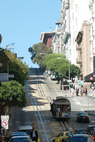 cable car沿著Powerll st.爬上陡坡