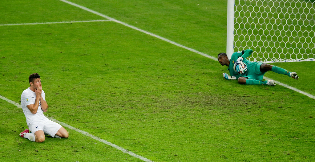 . France\'s Olivier Giroud, left, reacts after Ecuador\'s goalkeeper Alexander Dominguez, right, stops his shot during the group E World Cup soccer match between Ecuador and France at the Maracana Stadium in Rio de Janeiro, Brazil, Wednesday, June 25, 2014. The game ended in a 0-0 draw.  (AP Photo/Andrew Medichini)