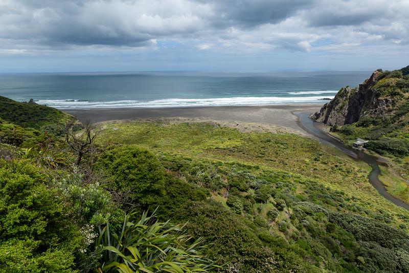 Blick vom Aussichtspunkt auf die Karekare Beach