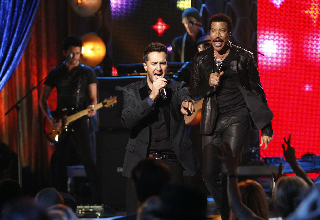 ". Luke Bryan, front, and Lionel Richie perform at the CMT ""Artists of the Year\"" show held at the Music City Center on Tuesday, Dec. 3, 2013, in Nashville, Tenn. (Photo by Wade Payne/Invision/AP)"