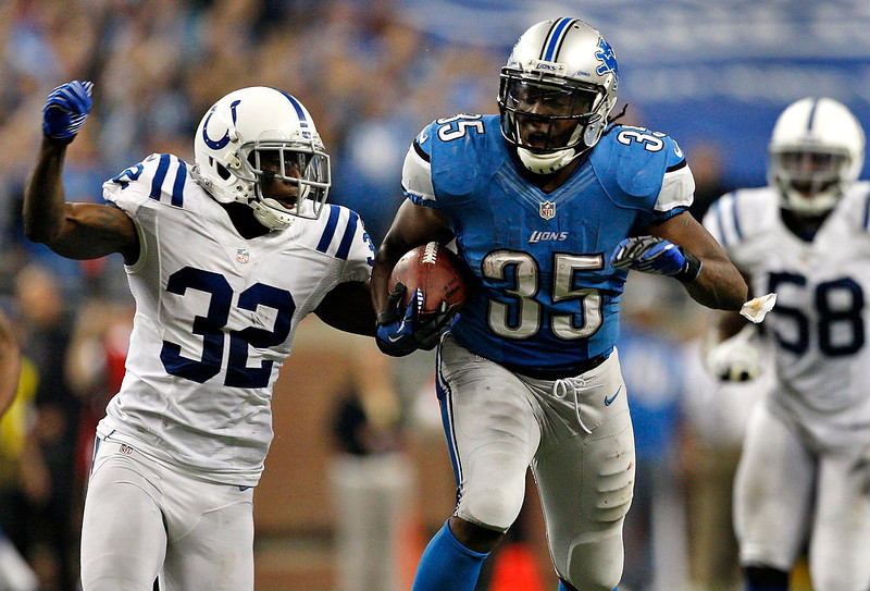 . Detroit Lions running back Joique Bell (R ) carries the ball for a 67-yard run against Indianapolis Colts corner back Cassius Vaughn during the first half of their NFL football game in Detroit, Michigan December 2, 2012.  REUTERS/Rebecca Cook