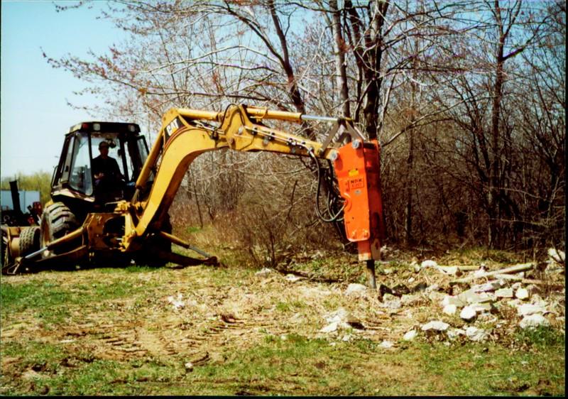 NPK E207 hydraulic hammer on Cat backhoe - one piece bracket at NPKCE 4-20-01 (3).JPG