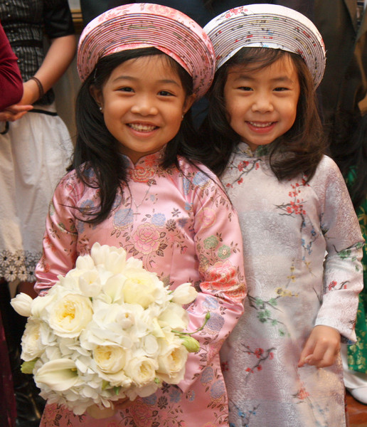 How adorable are these kids? I don't usually care for kids in traditional ao dai's but these, I have to admit are CUTE!