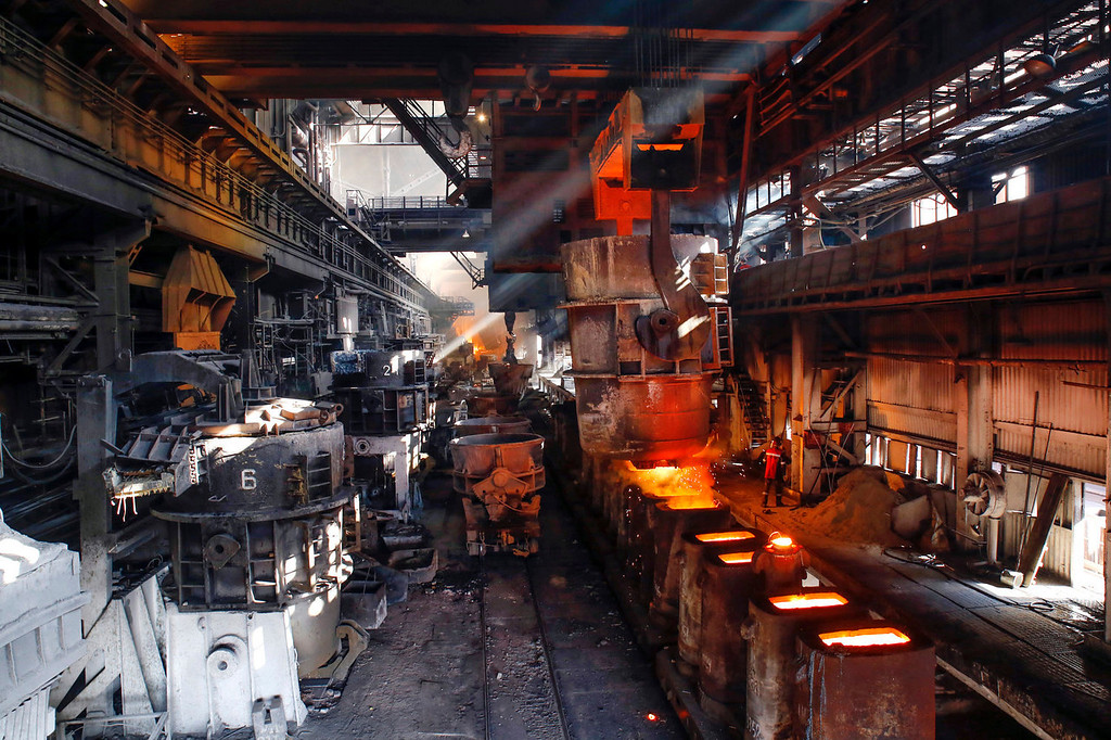 . Molten steel is poured into a row of waiting cauldrons at the Zaporizhstal steel plant, owned and operated by Metinvest BV, at their site in Zaporizhzhya, Ukraine, on Monday, Oct. 14, 2013. Metinvest BV, Ukraine\'s largest steelmaker, last year acquired 49.9% in steelmaker Zaporizhstal a manufacturer of semi-finished steel products, including hot and cold-rolled plates and coils. Photographer: Vincent Mundy/Bloomber4