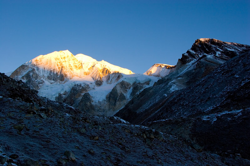 Early morning light on the way to Larke pass.