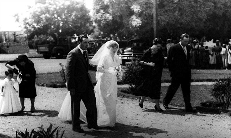 Andrada. 1955. MARIA ALICE E ORLANDO TEIXEIRA Casamento da  Maria Alice (Tia Alice para muitos) com o  Orlando Teixeira (das flores) em Andrada. Alice e' levada pelo Loureiro