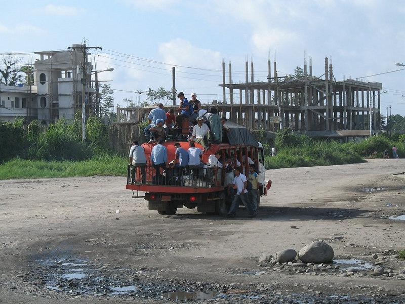 2006-12-25_12408 going by bus ecuadorian style Bus fahren auf ecuadorianische Art ir en autobús estilo ecuadoriano