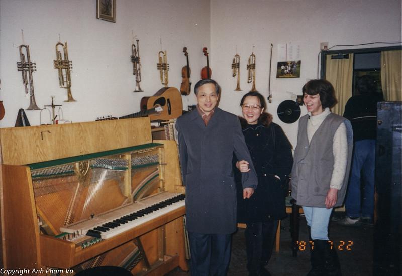 Co Lan Huong Visit 90s 21.jpg