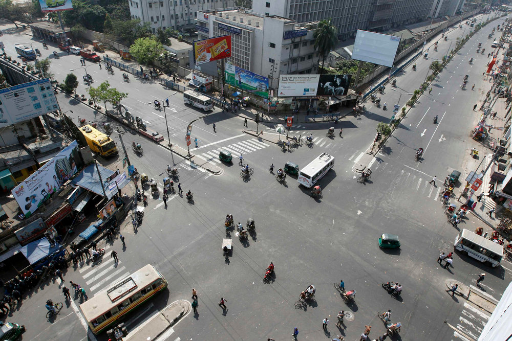 . An aerial view of a traffic intersection is seen during the first day of a two-day-long strike organized by Bangladesh\'s Jamaat-e-Islami in protest against the decision by the country\'s war crimes tribunal to deliver judgement in the cases involving their top leaders in Dhaka on March 3, 2013.   REUTERS/Andrew Biraj