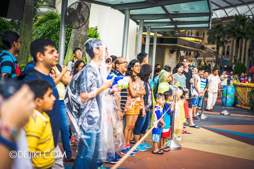 Universal Studios Singapore - Park Update May 2016 / Universal Studios Singapore Soak Out - Stage side crowds
