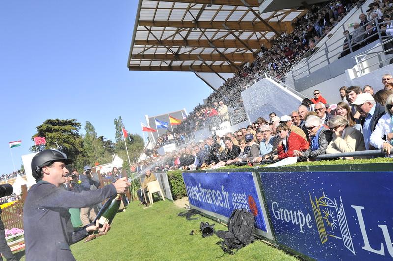 JUMPING : Denis LYNCH sur Night Train remporte le Derby de La Baule - champagne ! derby de la baule 2012 -  CSIO DE LA BAULE 2012 - PHOTO : © CHRISTOPHE BRICOT