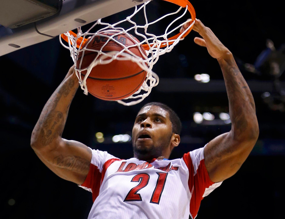 . Louisville Cardinals forward Chane Behanan (21) dunks against the Oregon Ducks during their Midwest Regional NCAA men\'s basketball game in Indianapolis, Indiana, March 29, 2013. REUTERS/Jeff Haynes