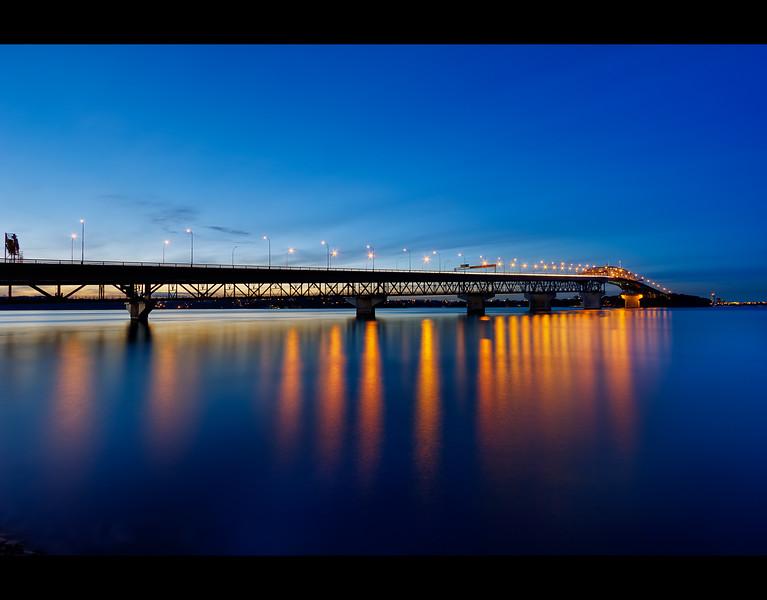 Auckland Harbor Bridge - silhouette en bleu.jpg