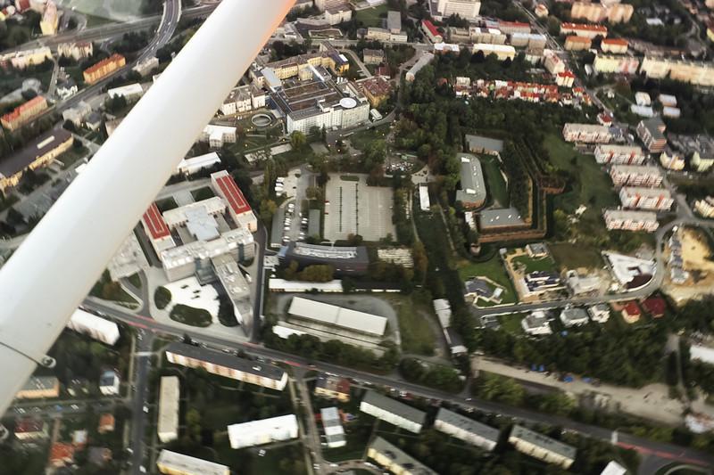Areál fakultní nemocnice a vpravo zdejší fort