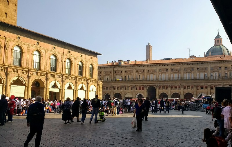 Follow our Bologna travel tips to discover this beautiful plaza.