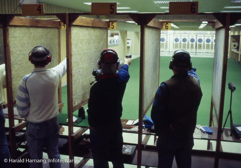 Narvik Pistolklubb har trening i skytebanen i kjelleren på Idrettens hus.