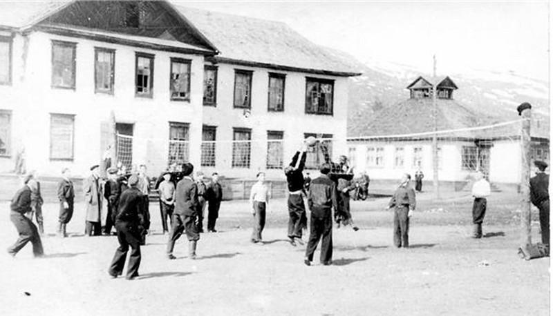 Волейбольный матч на фоне ягодинской школы.