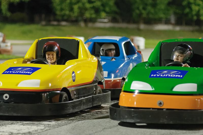 Dann hat er noch einen Jungen getroffen, den er vor 10 Tagen kennengelernt hat. Jetzt waren 4 Autos auf der Bahn und man konnte richtig Rennen fahren.