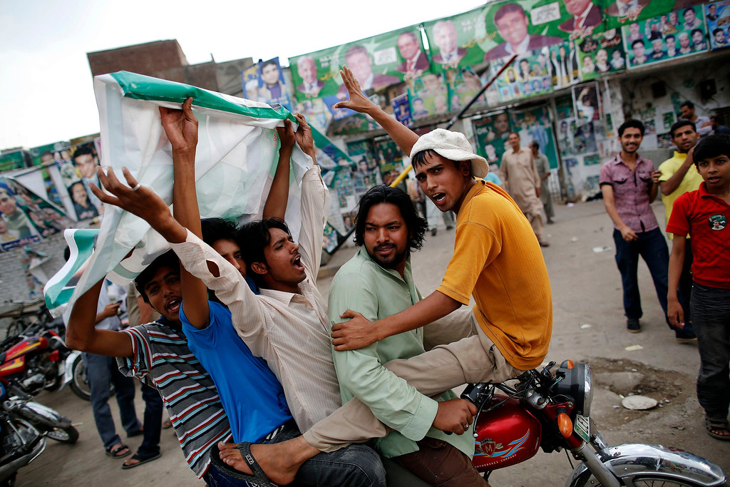 . Supporters of the Pakistan Muslim League - Nawaz (PML-N) celebrate outside the party\'s election headquarters at the end of election day in Lahore May 11, 2013. A string of militant attacks and gunfights that killed at least 17 people cast a long shadow over Pakistan\'s general election on Saturday, but millions still turned out to vote in a landmark test of the troubled country\'s democracy.   REUTERS/Damir Sagolj