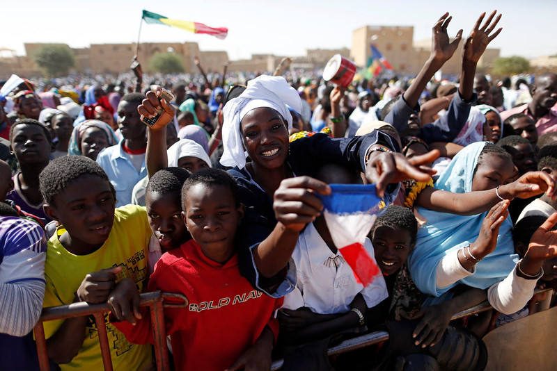 """. People gather to greet French President Francois Hollande during his two-hour-long visit to Timbuktu February 2, 2013. Malians chanting \""""Thank you, France!\"""" mobbed Hollande on Saturday as he visited the desert city of Timbuktu, retaken from Islamist rebels, and pledged France\'s sustained support for Mali to expel jihadists. REUTERS/Benoit Tessier"""