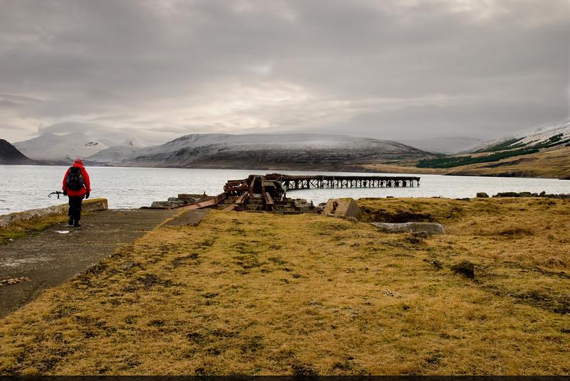 Anna heldur að gömlu bryggjunni á Hvítanesi. Búið er að brjóta hluta hennar niður þannig að ekki er auðvelt að komast út á bryggjukantinn og labba eftir honum.