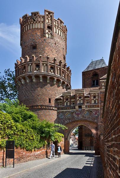 Tangermünde, Neustädter Tor, Rundturm (um 1450, Stephan Buxtehude?) und Durchgangsbau mit Wappen (1897), von Südwesten