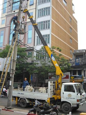 Saigon - Yen 23 - tree trimming