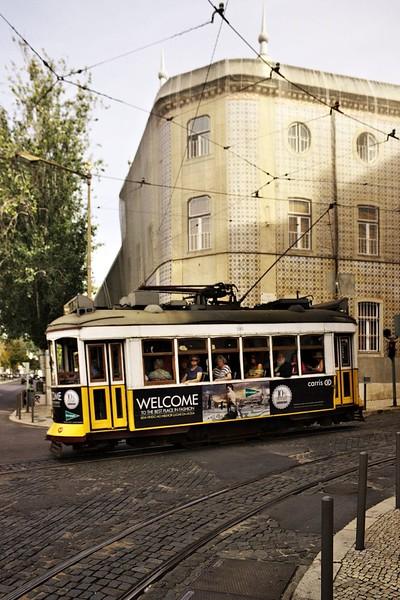 Lisabonská klasika - okachlíčkovaný dům a stará tramvaj