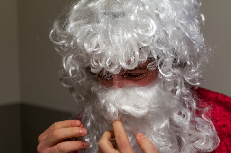 Der Nikolaus mach sich für seinen Auftritt fertig.