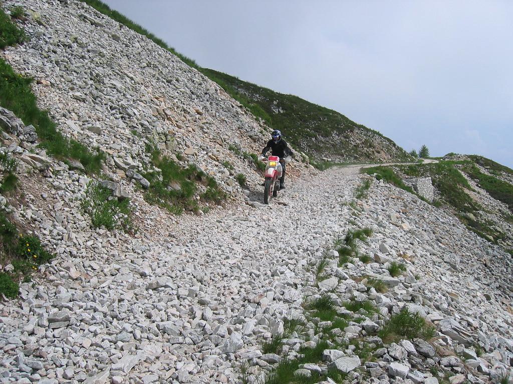 Varaita Maira kamroute. Eén constante zijn de passages waar het wegdek bestaat uit vuistgrote losliggende stenen. Concentratie vereist!
