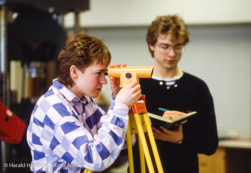 Landmåling. Narvik ingeniørhøgskole. Bilde tatt til slides-serie for å promotere skolen i ulike sammenhenger.