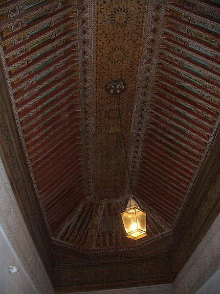 471_Ma_Palais_El_Bahia_Plafond_cedre_polychrome_sculpte.jpg