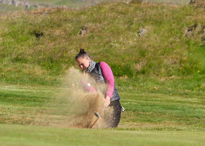 Heiðrún Anna Hlynsdóttir, GOS, slær úr glompu við 9. flöt á Garðavelli.  Mynd/seth@golf.is