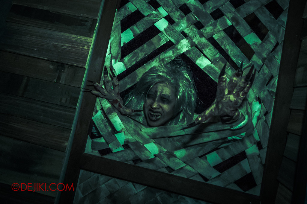 USS Halloween Horror Nights 8 – Pontianak haunted house – Outside scares tear-apart window grille