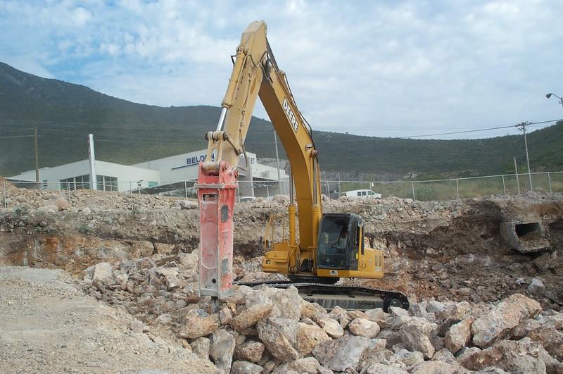 NPK E225 hydraulic hammer on Deere excavator (6).jpg